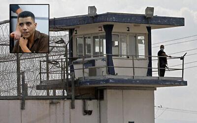 حارس يراقب من برج مراقبة في سجن جلبوع في شمال إسرائيل في 6 سبتمبر 2021، بعد هروب ستة سجناء أمنيين فلسطينيين من المنشأة. (Jalaa Marey/AFP)  في الصورة الصغيرة يظهر زكريا زبيدي. (Yonatan Sindel / Flash90)