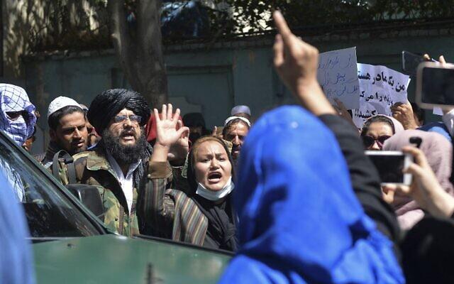 ساء أفغانيات يرددن شعارات وإلى جانبهن يقف  مقاتلو طالبان خلال مظاهرة مناهضة لباكستان بالقرب من السفارة الباكستانية في كابول في 7 سبتمبر 2021. ( Hoshang Hashimi / AFP)