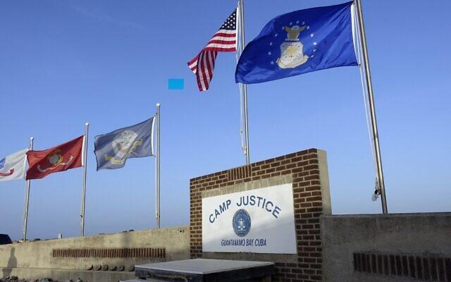 تظهر هذه الصورة التي عرضها مسؤولون عسكريون أمريكيون في 7 سبتمبر 2021 لافتة تشير إلى معسكر العدالة في قاعدة خليج غوانتانامو البحرية في كوبا.  (PAUL HANDLEY / AFP)