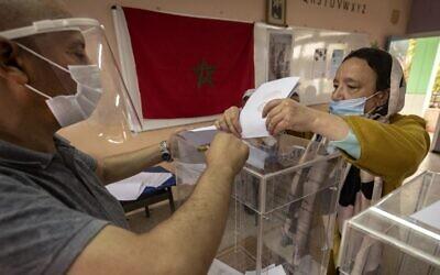 سيدة مغربية تدلي بصوتها في 8 سبتمبر 2021 بالرباط أثناء تصويت المغاربة في الانتخابات البرلمانية والمحلية.  (ADEL SENNA / AFP)