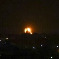توضيحية: بعد إطلاق صاروخ باتجاه إسرائيل، تصاعد كرة نارية في أعقاب غارة جوية على خان يونس جنوب قطاع غزة، في الساعات الأولى من يوم 11 سبتمبر، 2021. (SAID KHATIB / AFP)