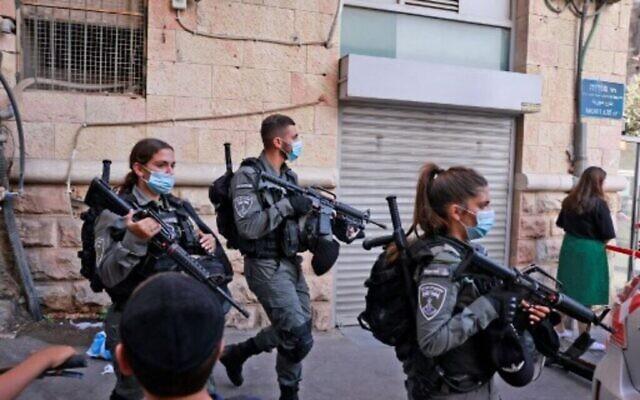 عناصر من شرطة الحدود الاسرائيلية تقوم بدورية في المنطقة القريبة من موقع هجوم طعن في القدس، 13 سبتمبر، 2021. (Menahem KAHANA / AFP)