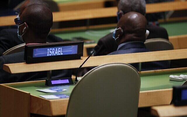 المقاعد المحجوزة للوفد الإسرائيلي شاغرة في الدورة 76 للجمعية العامة للأمم المتحدة في 21 سبتمبر، 2021، في نيويورك. (EDUARDO MUNOZ / POOL / AFP)