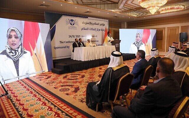 عراقيون يستمعون إلى سحر الطائي في مؤتمر السلام والاسترداد الذي نظمه مركز أبحاث السلام الأمريكي (CPC) في أربيل، عاصمة إقليم كردستان شمال العراق، 24 سبتمبر، 2021. (Safin HAMED / AFP)