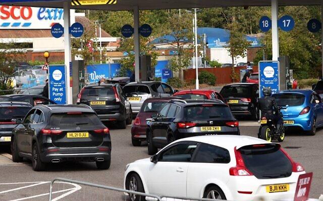 طابور من السيارات في محطة وقود تابعة لمجموعة تيسكو في كامبرلي، غرب لندن، 26 سبتمبر، 2021. (ADRIAN DENNIS / AFP)