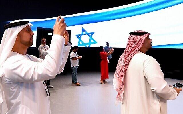 أشخاص يلتقطون صورا في الجناح الإسرائيلي خلال جولة إعلامية قبل افتتاح معرض إكسبو 2020 دبي في الإمارة الخليجية في 27 سبتمبر، 2021. (AFP)