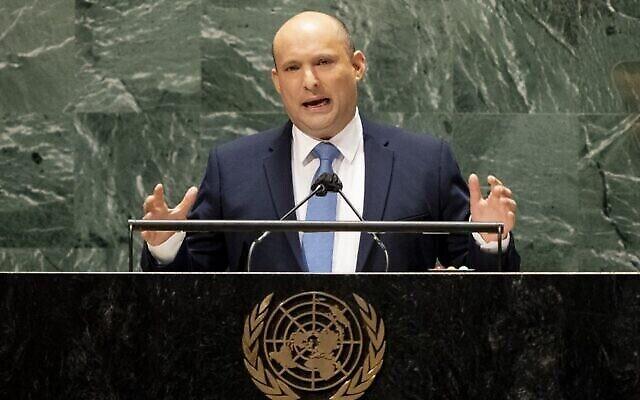 رئيس الوزراء نفتالي بينيت يلقي كلمة أمام الدورة السادسة والسبعين للجمعية العامة للأمم المتحدة، 27 سبتمبر، 2021، في مقر الأمم المتحدة في نيويورك. (John Minchillo/Pool/AFP)