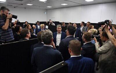 زعيم حزب العمال المعارض الرئيسي في بريطانيا كير ستارمر (وسط) يتحدث مع  وسائل الإعلام في المركز الإعلامي في اليوم الثالث من المؤتمر السنوي لحزب العمال في مركز برايتون في برايتون على الساحل الجنوبي لإنجلترا، 27 سبتمبر، 2021.  (JUSTIN TALLIS / AFP)