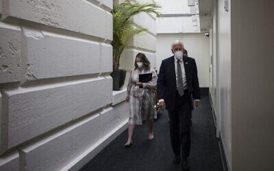 زعيم الأغلبية في مجلس النواب ستيني هوير (ديمقراطي - ميريلاند) يتحدث إلى المراسلين وهو يغادر اجتماع الكتلة الديمقراطية في مجلس النواب في مبنى الكابيتول الأمريكي في 21 سبتمبر، 2021، في واشنطن العاصمة. (Anna Moneymaker/Getty Images/AFP)
