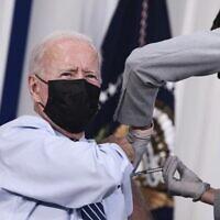 الرئيس الأمريكي جو بايدن جرعة ثالثة من لقاح فايزر-بيونتك المضاد لكوفيد-19 في البيت الأبيض، 27 سبتمبر، 2021 في واشنطن العاصمة.