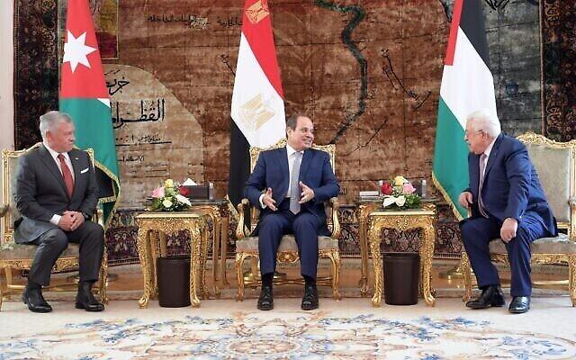 العاهل الأردني الملك عبد الله الثاني (إلى اليسار) والرئيس المصري عبد الفتاح السيسي (في الوسط) ورئيس السلطة الفلسطينية محمود عباس يحضرون قمة ثلاثية في القاهرة، في 2 سبتمبر 2021.