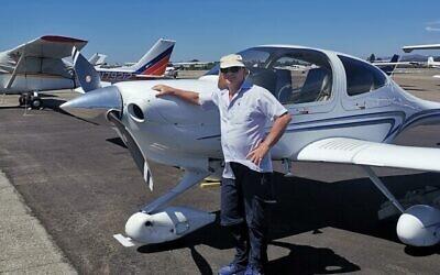 حاييم غيرون يقف بجانب طائرة خفيفة. (فيسبوك)
