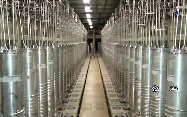 في هذه الصورة، التي تم التقاطها في 17 أبريل / نيسان 2021، مقطع فيديو نشرته محطة إذاعة جمهورية إيران الإسلامية الحكومية، توجد أجهزة طرد مركزي مختلفة تصطف في قاعة في منشأة نطنز لتخصيب اليورانيوم. (IRIB عبر AP)