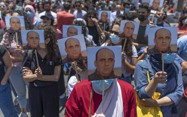 مظاهرات في رام الله احتجاجا على مقتل الناشط نزار بنات، 24 يونيو، 2021. (AP Photo/Nasser Nasser)