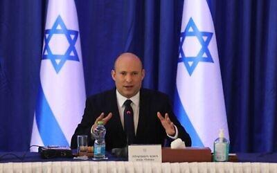 رئيس الوزراء نفتالي بينيت يترأس جلسة لمجلس الوزراء في مكتب وزارة الخارجية في القدس، 12 سبتمبر، 2021. (Abir Sultan / Pool Photo via AP)