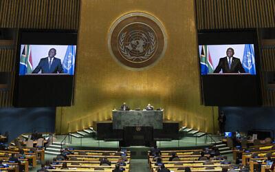 رئيس جنوب أفريقيا ماتاميلا سيريل رامافوزا يلقي كلمة مسجلة مسبقًا في اجتماع رفيع المستوى للاحتفال بالذكرى السنوية العشرين لاعتماد إعلان ديربان خلال الدورة السادسة والسبعين للجمعية العامة للأمم المتحدة في مقر الأمم المتحدة في نيويورك، في 22 سبتمبر 2021 (Justin Lane / Pool Photo عبر AP).