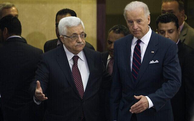 محمود عباس، يسار، وجو بايدن بعد اجتماعهما في مدينة رام الله بالضفة الغربية، الأربعاء 10 مارس 2010 (AP / Bernat Armangue)