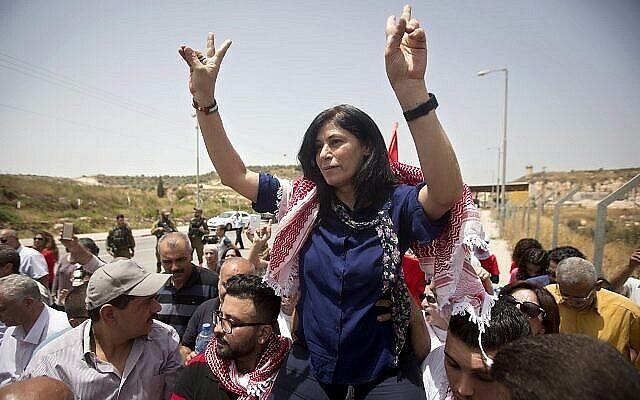 أنصار النائبة الفلسطينية خالدة جرار يستقبلونها بالقرب من بلدة طولكرم في الضفة الغربية، 3 يونيو، 2016. (Majdi Mohammed / AP)