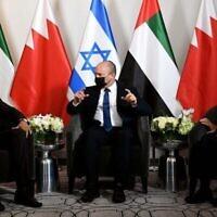 رئيس الوزراء نفتالي بينيت (وسط) يلتقي بوزير الدولة الإماراتي للشؤون الخارجية خليفة المرر (إلى اليمين) ووزير الخارجية البحريني عبد اللطيف الزياني (إلى اليسار) في فندقه في نيويورك مساء الأحد، 26 سبتمبر، 2021. (Avi Ohayon / GPO)