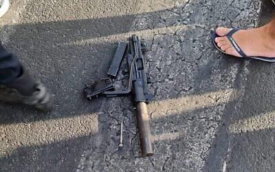 رشاش من طراز عوزي شوهد على الأرض بالقرب من ساحل تل أبيب، بعد أن قام مشتبه به من يافا بتهديد المارة. (courtesy)