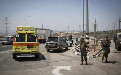 توضيحية: سيارة اسعاف وعناصر من الجيش الاسرائيلي في شارع 443 بالقرب من مستوطنة بيت حورون، 15 أغسطس، 2015. (Hadas Parush / Flash90)