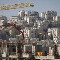 بناء مساكن جديدة في مستوطنة موديعين عيليت في الضفة الغربية، 11 يناير 2021 (Flash90)