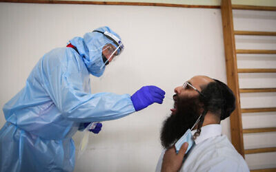 صورة توضيحية: رجل حريدي يتلقى اختبار كورونا (David Cohen / Flash90)
