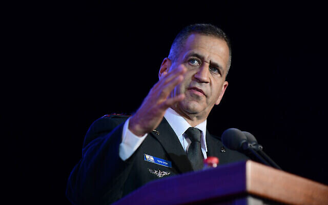 رئيس أركان الجيش الإسرائيلي اللفتنانت جنرال أفيف كوخافي خلال حفل تخرج في كلية الأمن القومي في غليلوت، وسط إسرائيل، 14 يوليو، 2021 (Tomer Neuberg / Flash90)