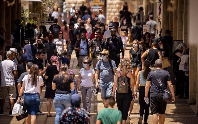 أشخاص يتسوقون في شارع ألروف ماميلا في القدس، 11 أغسطس، 2021. (Yonatan Sindel / Flash90)