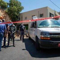 توضيحية: الشرطة في مسرح جريمة قتل ساهر  إسماعيل ، مساعة وزير التربية والتعليم للمجتمع العربي، في بلدة الرامة شمال إسرائيل، 15 أغسطس، 2021. (FLASH90)