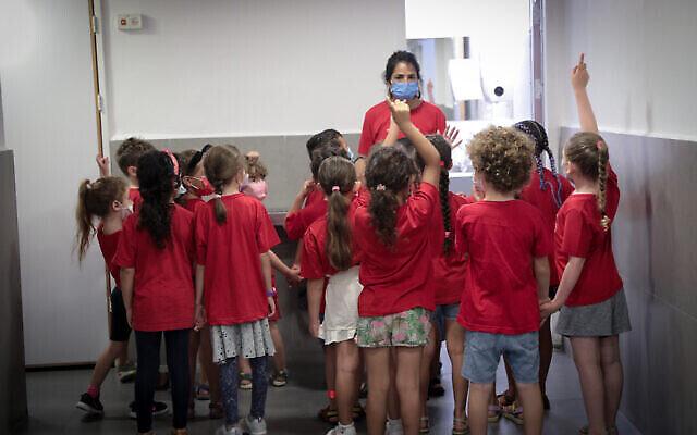 طلاب إسرائيليون في الصف الأول، في اليوم الأول من العام الدراسي الجديد، في مدرسة بولا في القدس، 1 سبتمبر، 2021. (Yossi Zamir / Flash90)