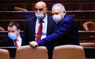 وزير المالية أفيغدور ليبرمان، من اليمين، خلال تصويت على ميزانية الدولة في قاعة الإجتماع الكامل في الكنيست، 2 سبتمبر 2021 (Olivier Fitoussi / Flash90)