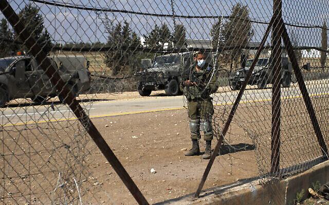 جندي إسرائيلي يقوم بالحراسة بالقرب من مدينة جنين شمال الضفة الغربية، 6 سبتمبر، 2021. (Nasser Ishtayeh / Flash90)