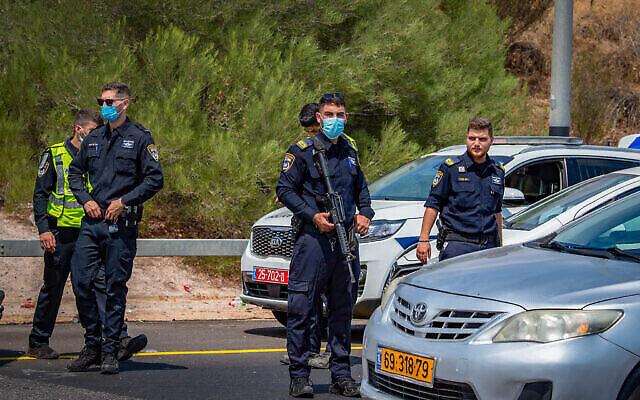 الشرطة الإسرائيلية في نقطة تفتيش مؤقتة في منطقة غلبوع، أثناء البحث عن ستة فلسطينيين فارين من سجن شديد الحراسة في شمال إسرائيل، 7 سبتمبر، 2021 (Nati Shohat / Flash90)