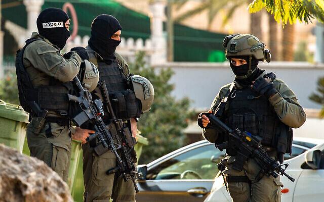 عناصر من شرطة الحدود في قرية نوارة أثناء بحثها عن ستة فلسطينيين هاربين فروا من سجن الجلبوع  شديد الحراسة في شمال إسرائيل  Flash90