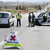الشرطة الإسرائيلية تنصب حاجزا على مفترق يزرعيل على شارع 60 المؤدي إلى جنين، بحثا عن أسرى فلسطينيين فروا من سجن جلبوع، 9 سبتمبر، 2021. (Michael Giladi / Flash90)