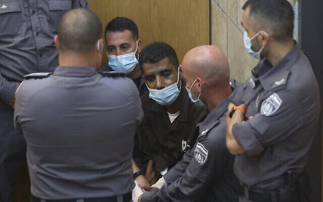 زكريا الزبيدي يصل إلى جلسة في المحكمة المركزية في الناصرة، 11 سبتمبر، 2021. (David Cohen / Flash90)