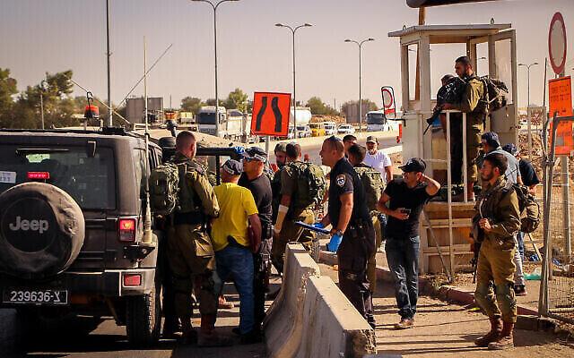 قوات الأمن الإسرائيلية بالقرب من موقع محاولة هجوم طعن في مفرق غوش عتصيون في الضفة الغربية، 13 سبتمبر، 2021. (Gershon Elinson / Flash90)