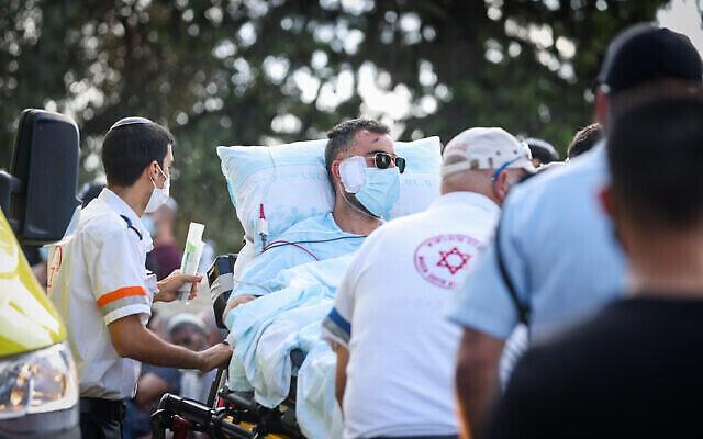 رؤوفين بن إيلي، الأب الذي أصيب بجروح بالغة في حادث طرق، يصل إلى جنازة زوجته وأطفاله الثلاثة في معلوت ترشيحا، 30 سبتمبر 2021 (David Cohen / Flash90)