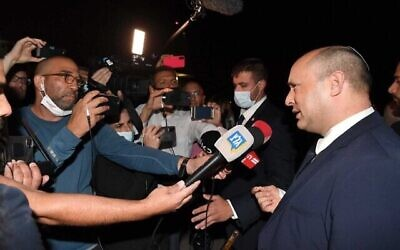 رئيس الوزراء نفتالي بينيت يتحدث للصحفيين في نيويورك قبل ركوب الطائرة عائدا إلى إسرائيل، 29 سبتمبر، 2021. (Avi Ohayon / GPO)