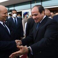 رئيس الوزراء نفتالي بينيت (إلى اليسار) والرئيس المصري عبد الفتاح السيسي يلتقيان في 13 سبتمبر، 2021، في شرم الشيخ. (Kobi Gideon/GPO)