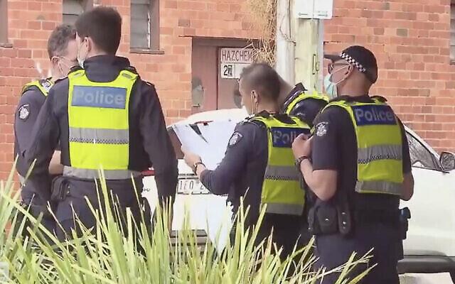 الشرطة الأسترالية خارج كنيس يهودي في ملبورن حيث كان المصلون يقومون عل بصلاة روش هاشناه في انتهاك لقواعد الإغلاق المحلية، 7 سبتمبر 2021. (Screen capture: Twitter)