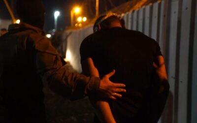 عنصر أمن إسرائيلي يعتقل فلسطينيا فارا بعد مطاردة استمرت قرابة أسبوعين في شمال الضفة الغربية، 19 سبتمبر، 2021. (Screen capture: Israel Defense Forces)