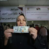 فلسطينيون يتلقون مساعدات مالية من قطر في مكتب بريد في مدينة غزة، 27 نوفمبر، 2019. (Hassan Jedi / Flash90)