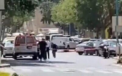 الشرطة تؤمن المنطقة القريبة من أحد البنوك في حيفا حيث هددت امرأة بتفجير سترة ناسفة، 2 سبتمبر 2021 (Screenshot / Twitter)