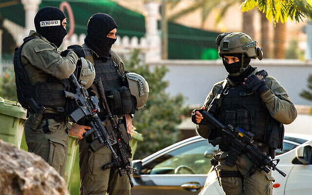 شرطة الحدود الإسرائيلية في قرية الناعورة تبحث عن ستة أسرى فلسطينيين فروا من سجن شديد الحراسة شمال إسرائيل، 7 سبتمبر، 2021. (Flash90)