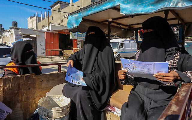 صورة توضيحية: عاملون في لجنة الانتخابات المركزية الفلسطينية يسجلون مواطنين استعدادا للانتخابات في رفح جنوب قطاع غزة، 10 فبراير 2021 (Abed Rahim Khatib / Flash90)