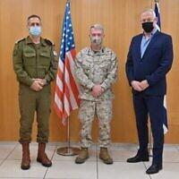 (من اليسار إلى اليمين) رئيس أركان الجيش الإسرائيلي أفيف كوخافي، وقائد القيادة المركزية الأمريكية كينيث إف ماكنزي، ووزير الدفاع بيني غانتس في تل أبيب، 29 يناير، 2021 (Ariel Hermoni / Defense Ministry)