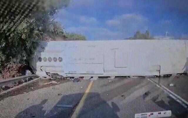 حافلة مقلوبة في حادث خطير على شارع 89 في شمال الجليل، 29 سبتمبر 2021 (Screen capture: WhatsApp video)