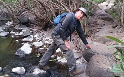 بيرتس غلعادي، الذي توفي أثناء إنقاذ عائلة من المتنزهين في ناحال عامود، في 22 سبتمبر 2021 (بإذن من العائلة عبر هيئة الطبيعة والحدائق)